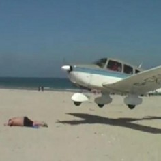 Un avion avait frole un vacancier en train de se bronzer sur la plage